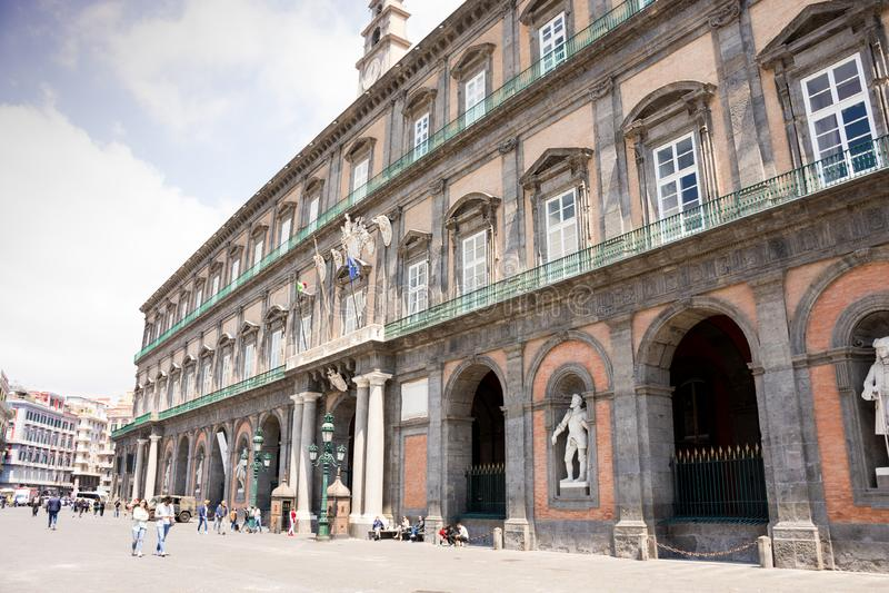 NAPLES ITALIEN - MAJ 2, 2019: Palazzo Reale på piazza del Plebiscito i Naples royaltyfri foto