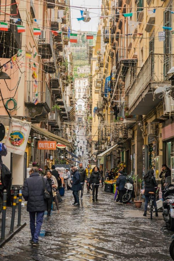 Naples Italien - November 30 2017: Stadsgator mycket av folk in royaltyfri fotografi