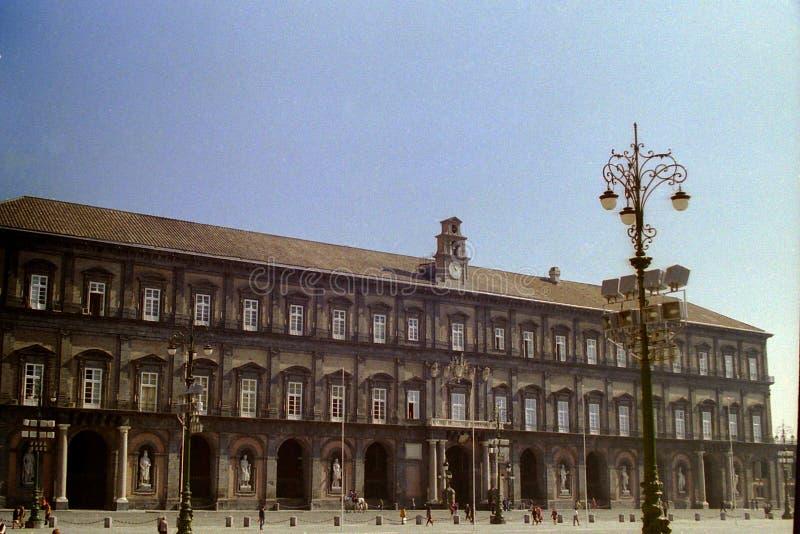 NAPLES ITALIEN 1994 - Royal Palace av Naples dominerar Piazza del Plebiscito fotografering för bildbyråer