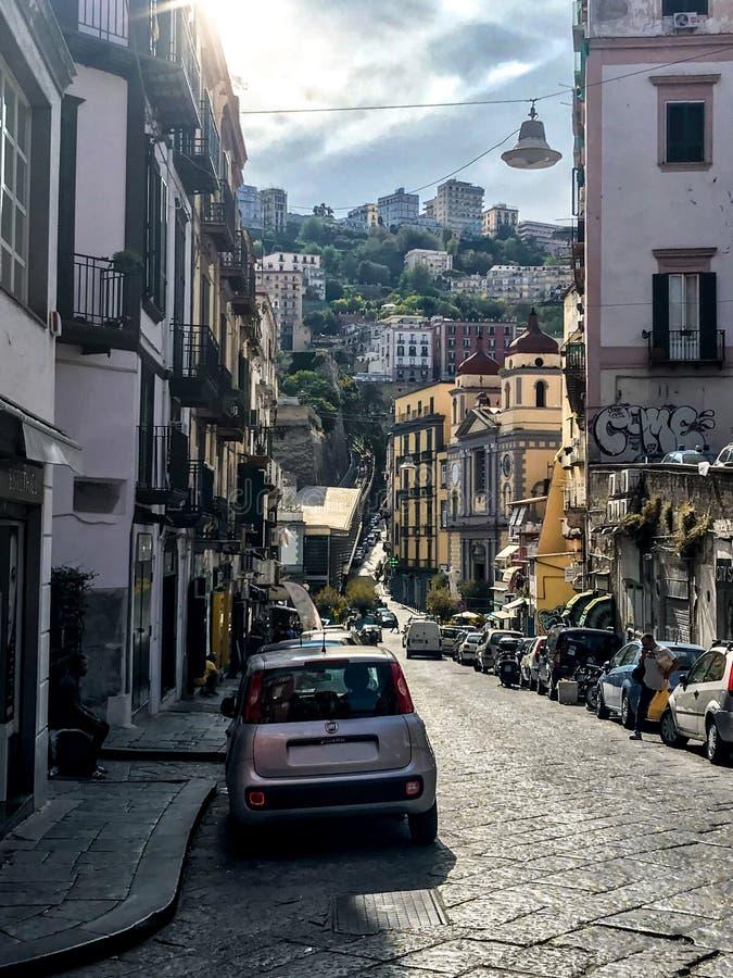 Naples Italien - September 4 - 2018: Sikt av gatalyfe och fattiga hus i Naples arkivbild