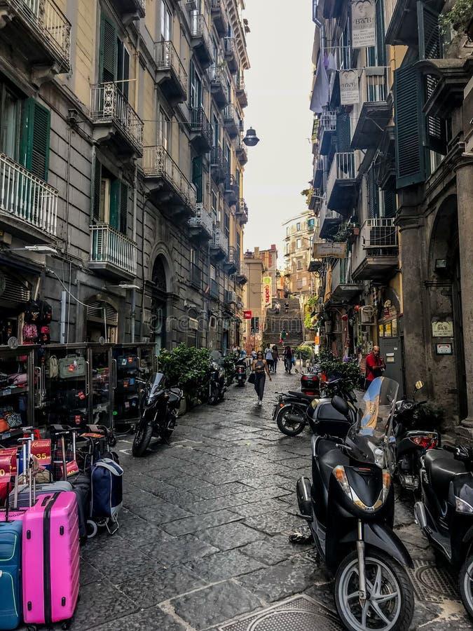 Naples Italien - September 4 - 2018: Sikt av gatalyfe och fattiga hus i Naples royaltyfri foto
