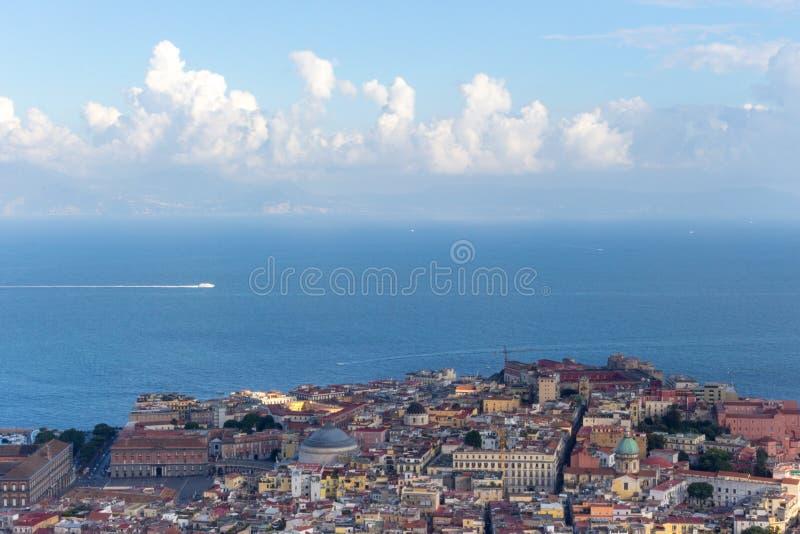 Naples och medelhav med bästa sikt för vitt fartyg Naples cityscape för dublin för bilstadsbegrepp litet lopp översikt arkivfoto