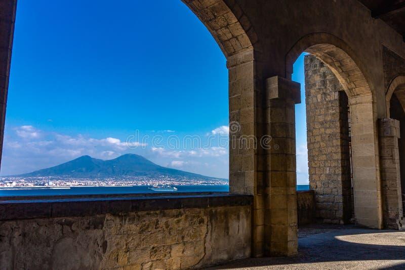 Naples och Mount Vesuvius sikt från en terrass arkivfoto