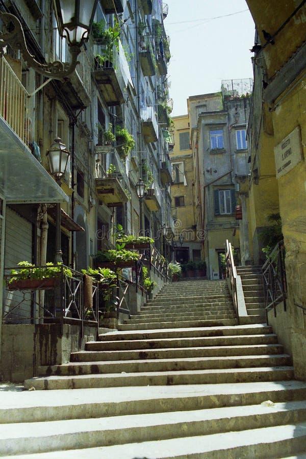NAPLES, WŁOCHY, 1975 - słońce iluminuje osobliwie aleję Naples zdjęcie royalty free