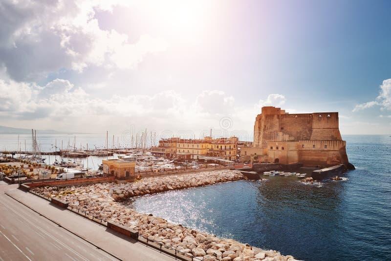 Naples, Włochy - widok Castel dell& x27; Ovo & x28; Jajeczny Castle& x29; zdjęcia royalty free