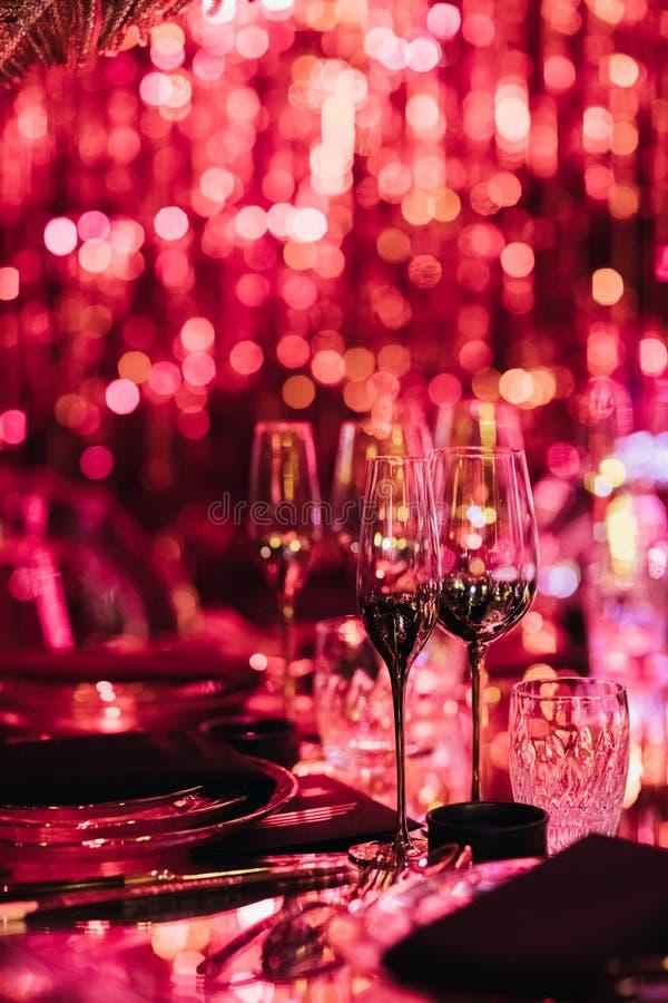 Napojów szkła w zamazanym świetle dla przyjęcia zdjęcie royalty free