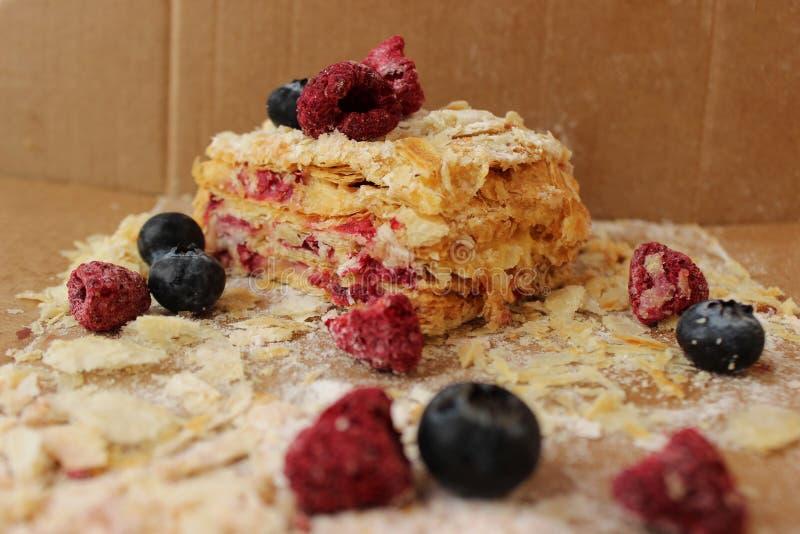 Napoléon de gâteau posé avec des bluberries et des framboises de baies images libres de droits