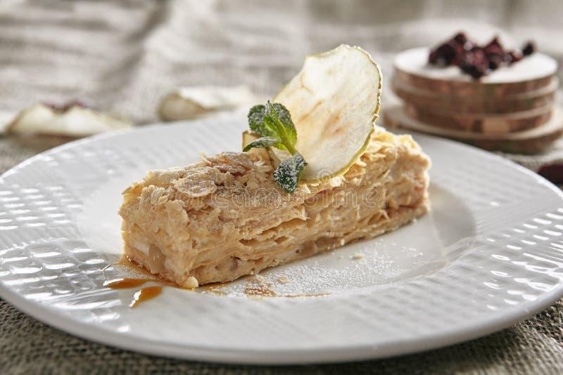 Napoleon Dessert o Mille-Feuilles en fondo rústico del mantel imagen de archivo libre de regalías