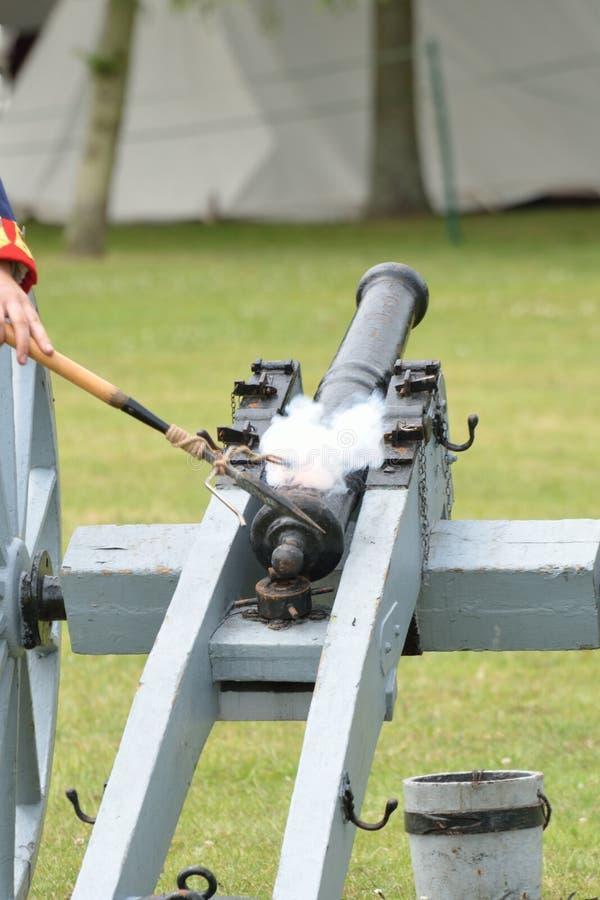 Napoleonische Kanone, die abgefeuert wird lizenzfreie stockfotografie