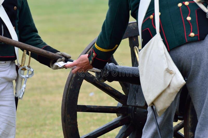 Napoleonische Soldaten, die Kanone laden stockbilder
