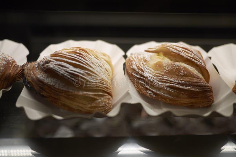 Napoletana de Sfogliatella dans une pâtisserie photographie stock