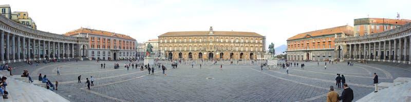 Napoli, Italië Landschap in beroemde vierkante Piazza del Plebiscito royalty-vrije stock afbeelding