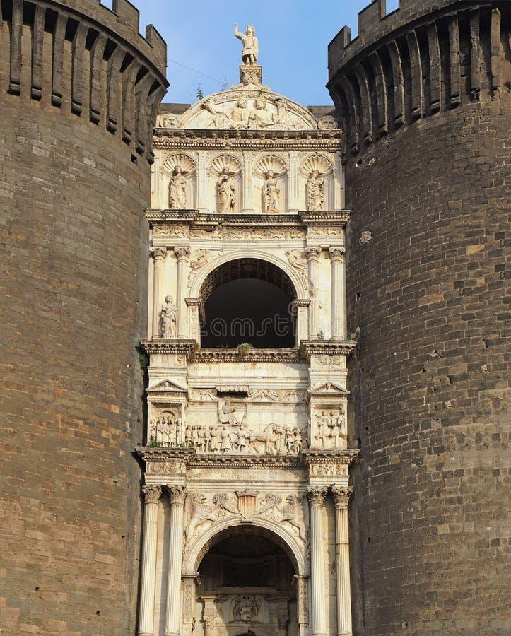 Napoli, Italia Abbellisca all'arco trionfale del castello Castel Nuovo, anche chiamato Maschio Angioino fotografia stock