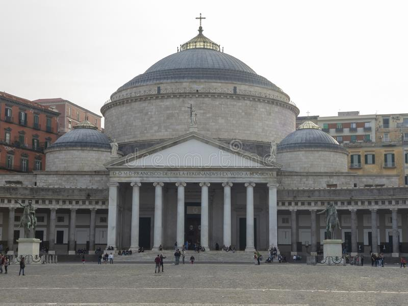 Napoli, Italia Abbellisca alla Piazza del Plebiscito quadrata famosa fotografia stock libera da diritti