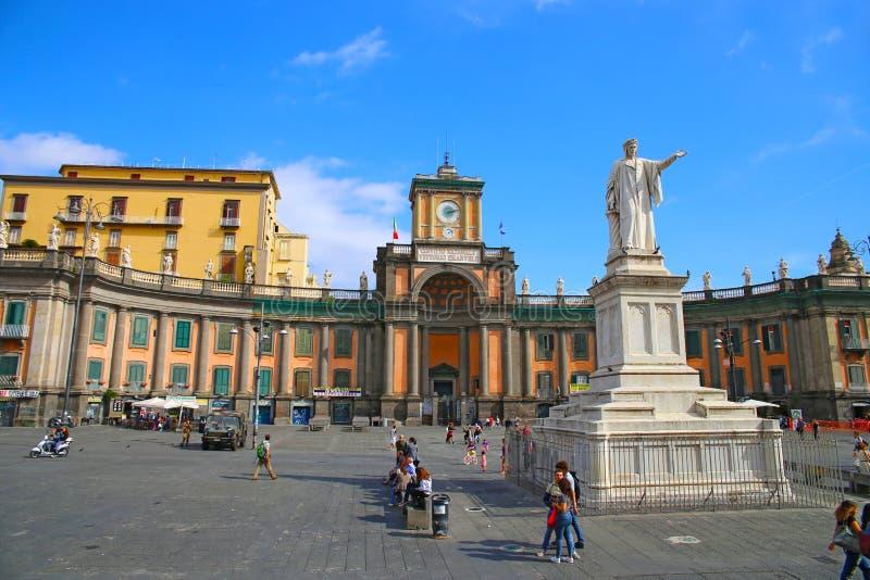 NAPOLI, ITALIA - 9 ottobre 2016: Vista soleggiata della via di Napoli L'Italia, Europa fotografia stock