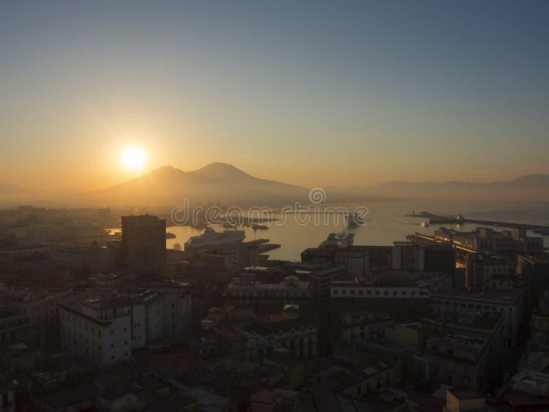 Napoli, Italia Paisaje maravilloso en el volcán de Vesuvio, la bahía y el puerto durante la salida del sol fotos de archivo libres de regalías