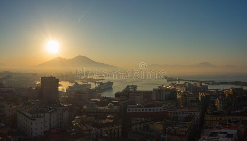 Napoli, Italia Paisaje maravilloso en el volcán de Vesuvio, la bahía y el puerto durante la salida del sol imagen de archivo libre de regalías