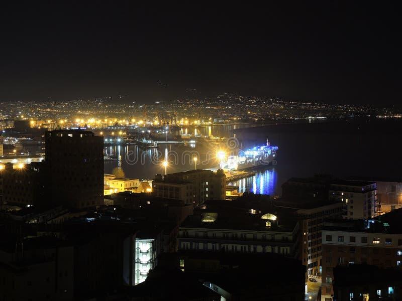 Napoli, Italia Paisaje maravilloso en la bahía y el puerto en la noche fotografía de archivo libre de regalías