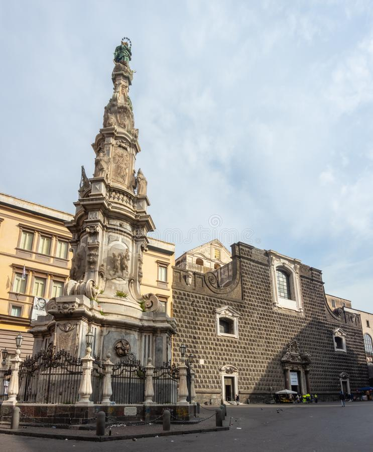 Napoli, Italia Vista del  cuadrado famoso Nuovo de Piazza del Gesimagenes de archivo