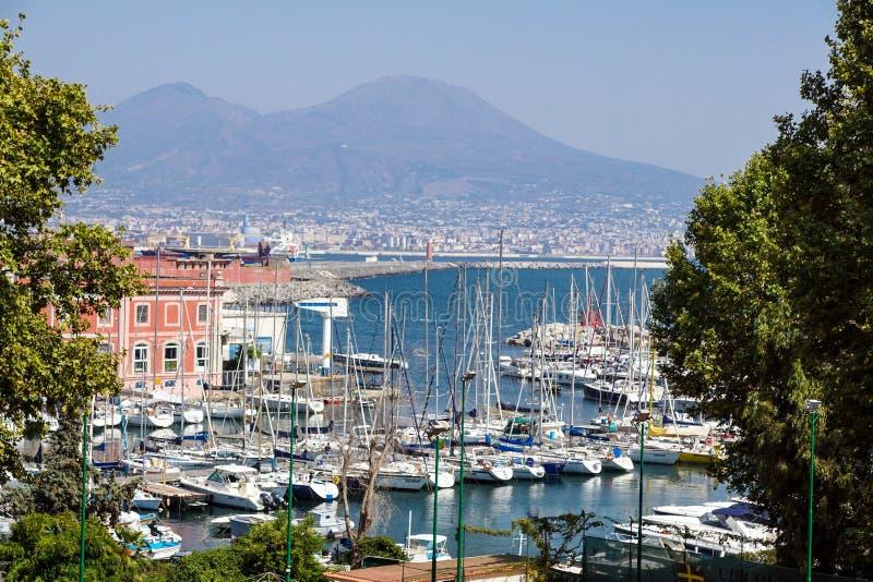 Napoli Nápoles e Monte Vesúvio no fundo no por do sol em um dia de verão, Itália, Campania fotos de stock