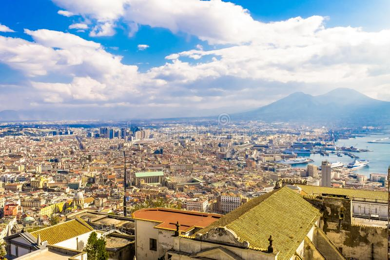 Napoli o Nápoles y el monte Vesubio en el fondo en un día de verano, Italia imagen de archivo libre de regalías