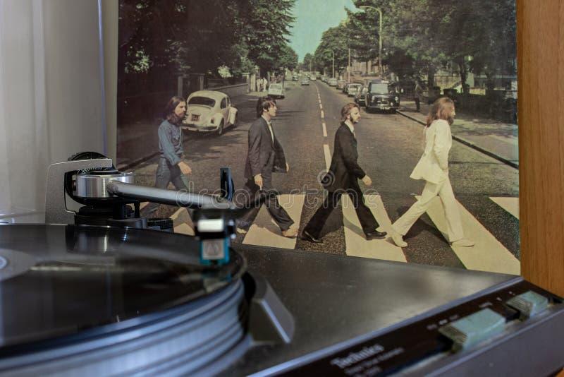 Napoli, piattaforme girevoli con i vinili di Beatles nei precedenti fotografia stock libera da diritti