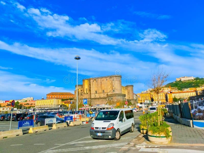 Napoly Italien - Maj 04, 2014: Castel dell` Ovo och bilar arkivfoton