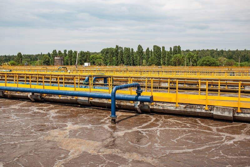 Napowietrzenie zbiorniki w ścieku przetwarza i czyści, nowożytny wastewater zakład przeróbki fotografia royalty free