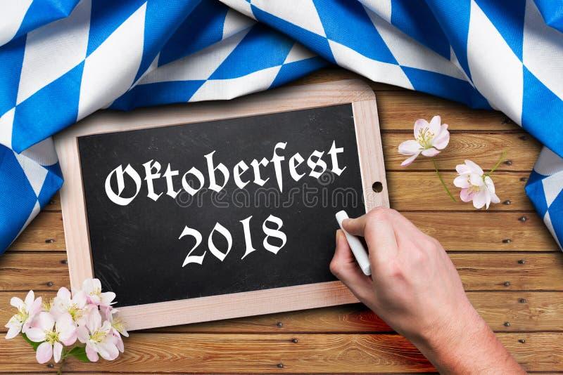 """Nappe bavaroise et un tableau avec le slogan """"Oktoberfest 2018 """" image libre de droits"""
