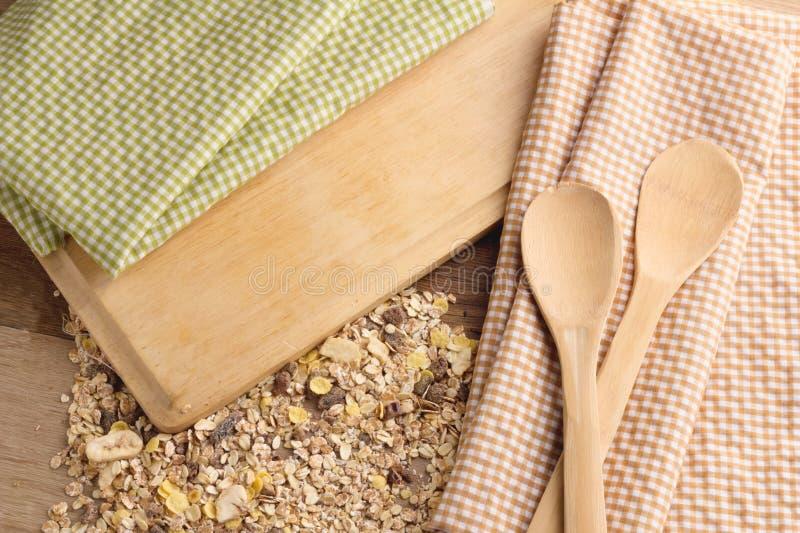 Nappe pliée avec des cuillères de grain et en bois de blé jpg photos libres de droits