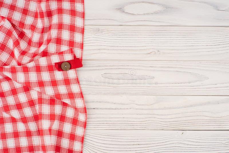 Nappe pliée par rouge au-dessus de table en bois blanchie images stock
