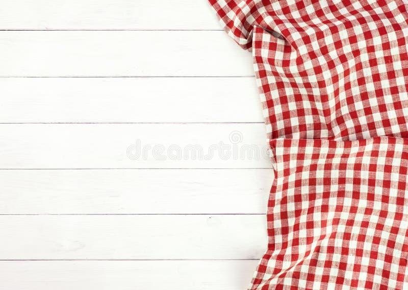 Nappe rouge sur la table en bois blanche images libres de droits