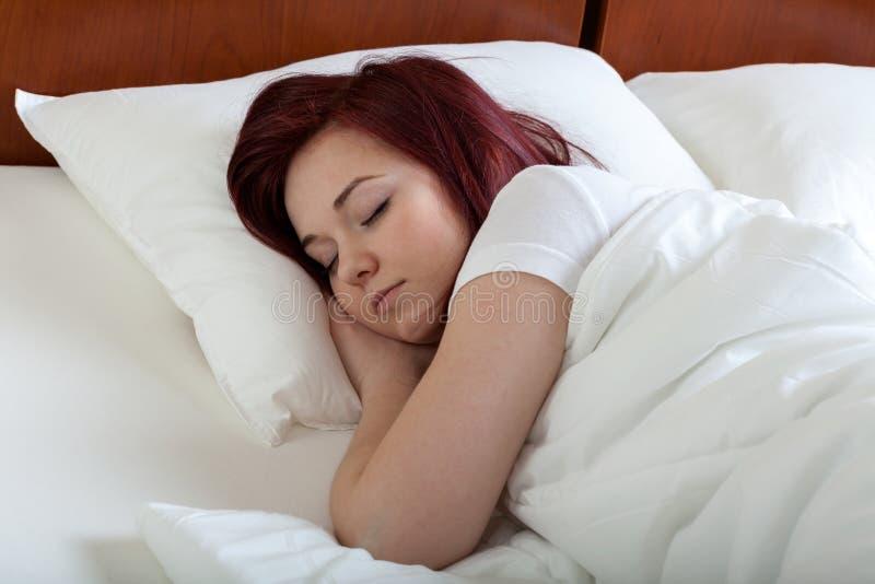 Napping женщины удобный стоковые изображения rf