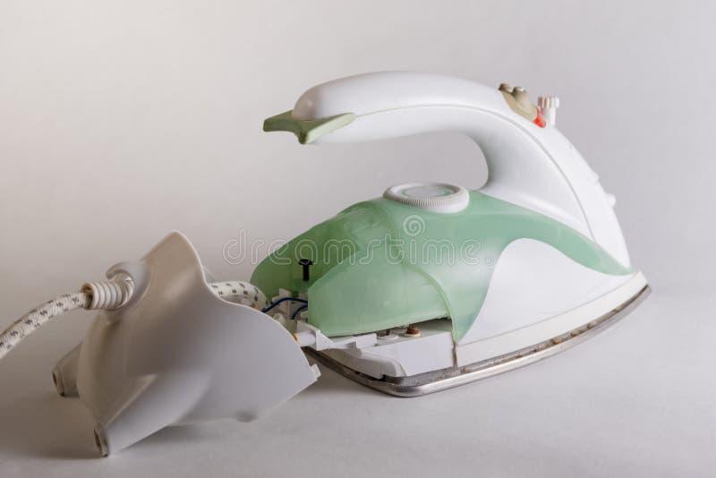 Naprawa gospodarstw domowych urządzenia Demontujący zielony elektryczny żelazo Odłączony plecy urządzenie z dostępem elektryczny obrazy stock