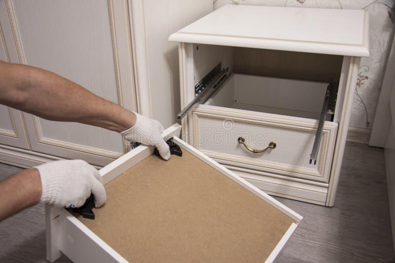 Naprawa i instalacja meble w pokoju Męskie pracownika ` s ręki w białych rękawiczkach fotografia stock