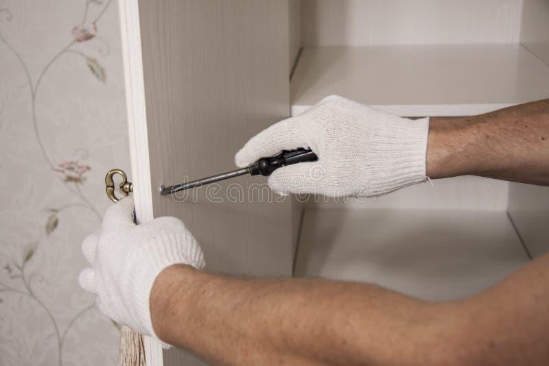 Naprawa i instalacja meble w pokoju Męskie pracownika ` s ręki w białych rękawiczkach fotografia royalty free