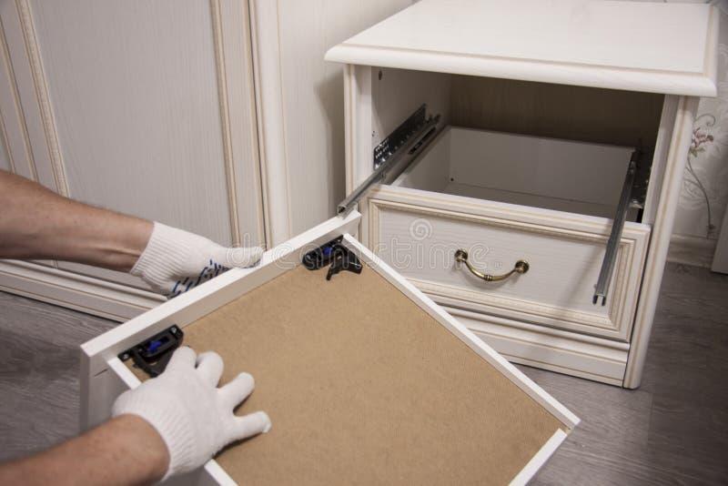 Naprawa i instalacja meble w pokoju Męskie pracownika ` s ręki w białych rękawiczkach obraz royalty free