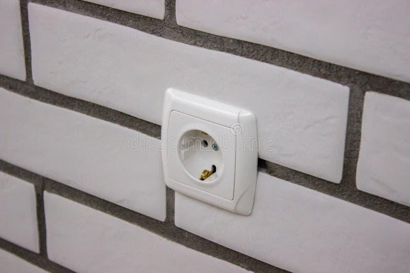 Naprawa, instalacja nasadki w ścianie wykończeniowa praca w konu pliki zbudować Łotwy rzeczy zadasza wiejską słomę pokrywającą si zdjęcie stock
