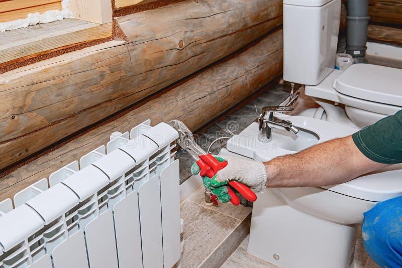 Naprawa przesłanki, klapy zastępstwo na baterii Instalacja wodnokanalizacyjna w górę, ręczny faucet crimper fotografia stock