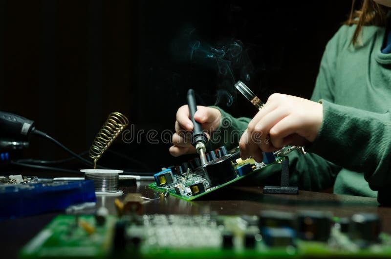 Naprawa urządzenia elektroniczne, blaszane lutownicze części lutowacz zdjęcia royalty free