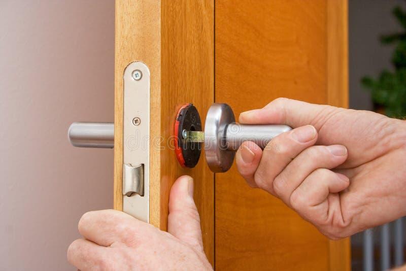Naprawiać drzwiową rękojeść obraz stock