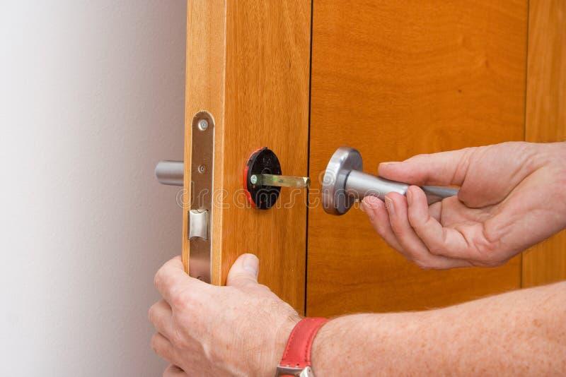 Naprawiać drzwiową rękojeść obrazy stock