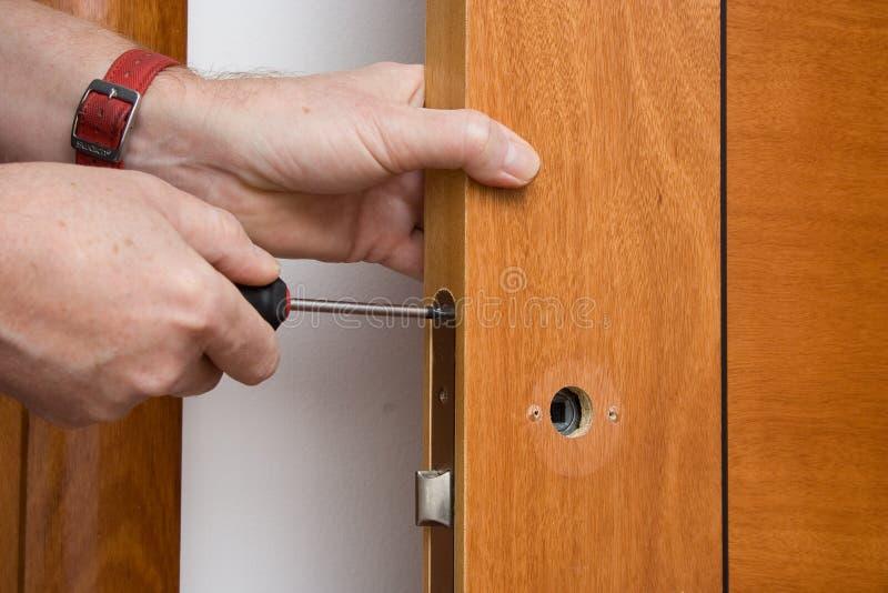 Naprawiać drzwiową rękojeść zdjęcie stock
