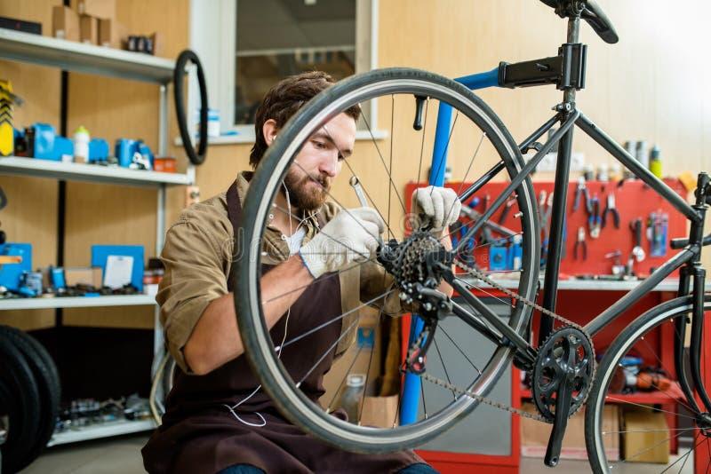 Naprawiać rowerowego koło obrazy royalty free