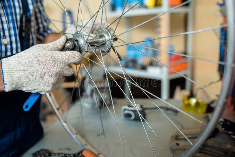 Naprawiać rowerowego koło zdjęcie royalty free