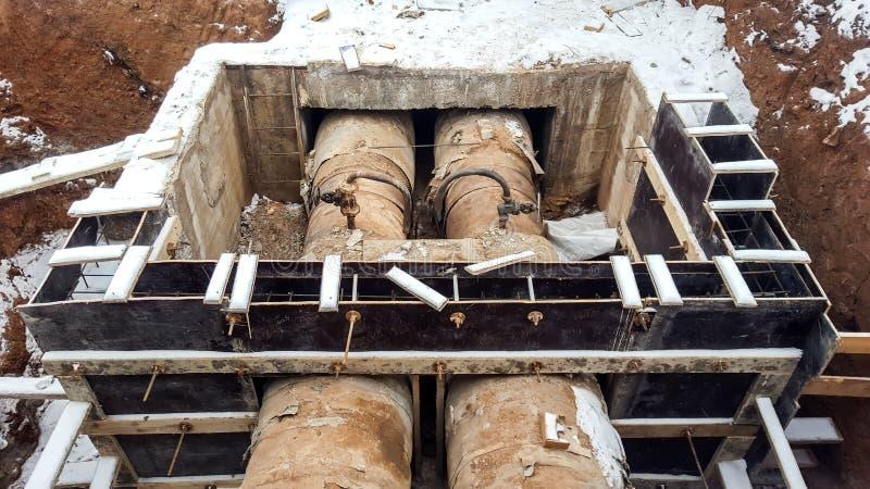 Naprawia łamane stare ośniedziałe drymby ogrzewanie w wodnej zimie obrazy stock