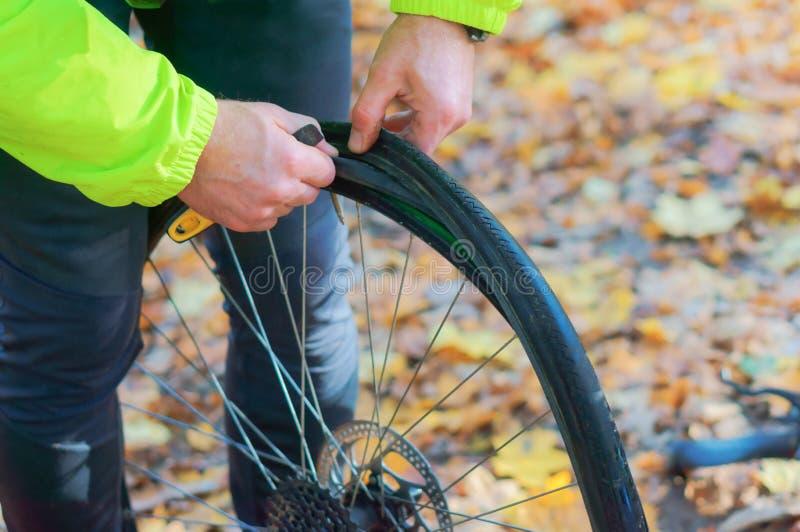 Naprawia dziurawienie rower obrazy royalty free