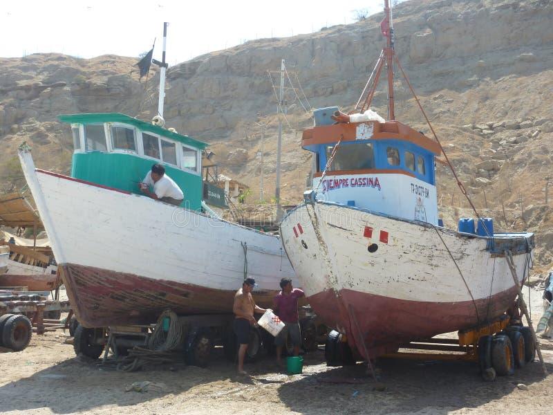 Naprawianie łódź rybacka obraz stock