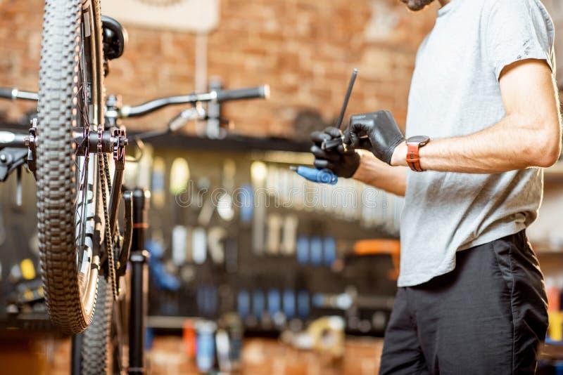Naprawianie bicykl przy warsztatem zdjęcia royalty free