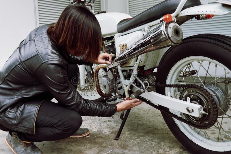 Naprawianie rocznika motocykl obraz stock